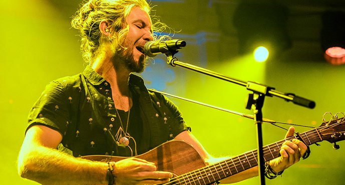 Jeremy Loops weet perfect te combineren in Paradiso